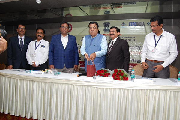 MSME Development Institute of Nagpur organised an Awareness Programme on Export Promotion for MSMEs. Hon`ble Union Minister Mr Nitin Gadkari was the Chief Guest. EEPC India took part in the event and Mr Nishikant Jumde, Sr Joint Director, EEPC India (on the left of Hon`ble Minister) is seen and addressed the session on Engineering sector including various promotional activities and scheme available for SME companies. Mr P M Parlewar Director, MSME (on right of Mr Gadkari) and (on Mr Jumde`s left) Mr Kishore Irpate Asst Director, MSME is present amongst the dignitaries of FIEO and ECGC.
