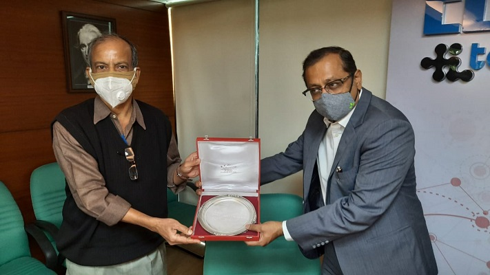 Mr Tapan Roy, Ex-Dy. Director, Technical Education, Govt. of West Bengal receiving a memento from Mr Anupam Shah, Past Chairman and Chairman of the Committee on Technology Centre, R&D and TUFS ( Technology Upgradation Fund Scheme), EEPC India
