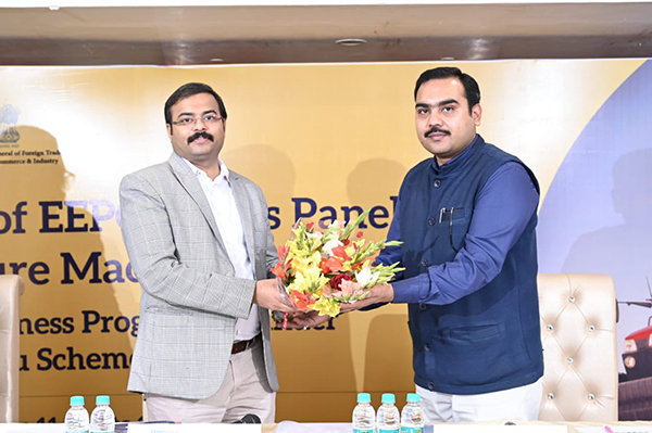Mr Suvidh Shah, Jt. DGFT, Ludhiana (Left) is being felicitated by Mr. Tushar Jain, EEPC India`s Agricultural Machinery Panel Convenor at the session.